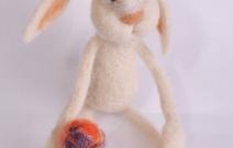 Войлочная игрушка — заяц футболист.