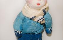Ёлочная игрушка — малыш в синей шапочке.